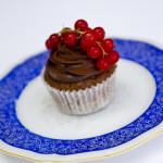 Schokoladenteig mit Zartbitterganache, abgepudert mut Kakao, Johannisbeerrispe als Garnitur