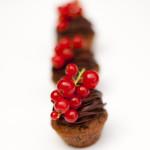 Schokoladenteigmini mit Zartbitterganache und Johannisbeer-Rispe
