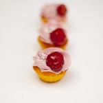 Orangenteig - Mini mit Himbeermousse, glasierte Himbeere und Miniblümchen
