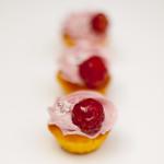 Orangenteig - Mini mit Himbeerbuttercreme, glasierte Himbeere und Miniblümchen