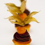 Orangenteig-Mini mit zartschmelzendem Zartbitter - Ganache-Topping und Physalis