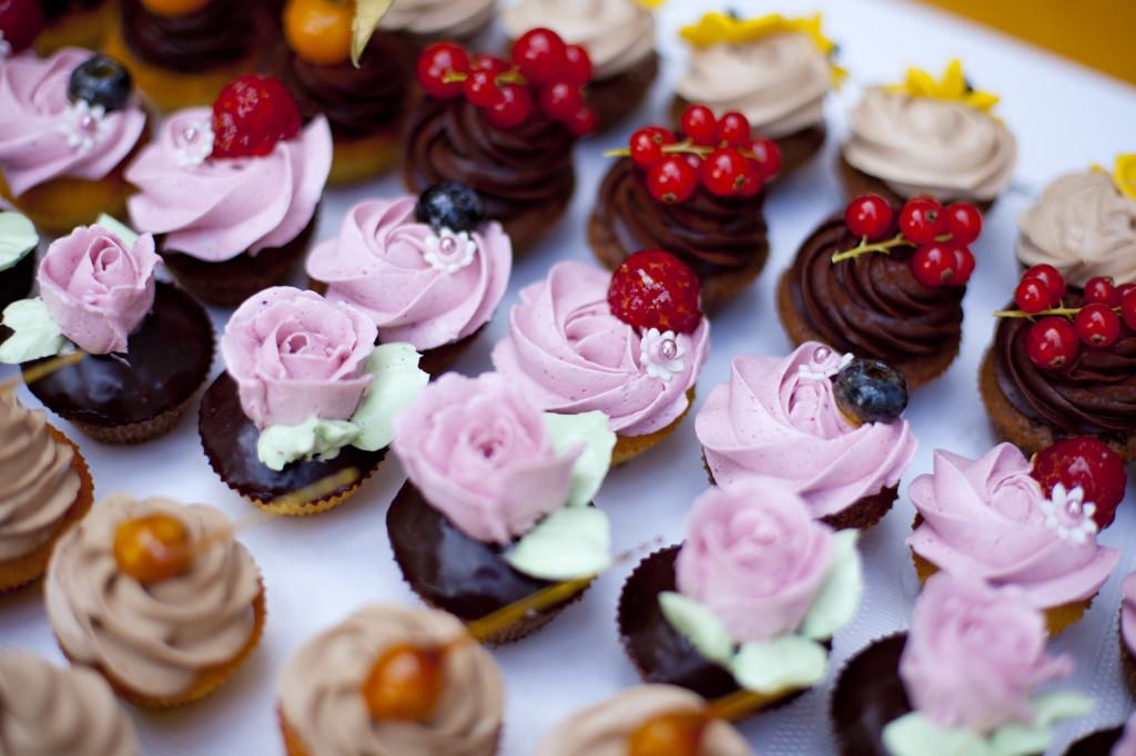 Mini-Cupcakes mit Buttercreme-Topping