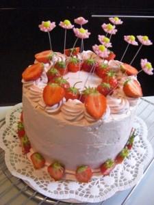 EingeschlErdbeermousse, mit frischen Erdbeeren und Zuckerblümchen