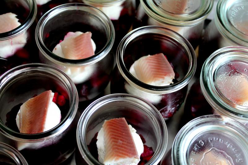 Marinierte Rote Bete mit Meerrettichcreme und geräucherter Forelle