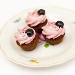 Schokoladenmini ,mit Himbeermousse, glasierte Heidelbeere und Miniblümchen
