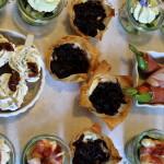 Ziegenkäse mit Zwiebelkonfit im FiloteigZiegenfrischkäse mit Frühlingszweibeln im Filoteig