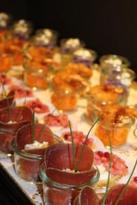 Bündnerfleisch mit Schnittlauchcreme, Knuspergarnele uf Chili-Mango
