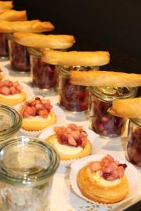 Vitello TonnatoVitello Tonnato v.d. Pute, Ziegenkäsetartes mit Apfelpreiselbeeren, Schafskäse-Börek auf Rote Bete