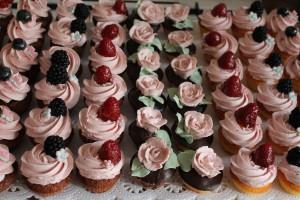 Minicupcakes mit Waldbeerbuttercreme