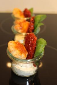 Schnittlauchcreme mit marinierten Tomaten und Käsegebäck