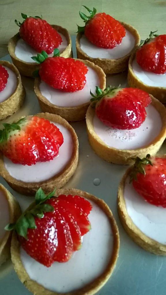 Erdbeer-Panna-Cotta-Tartelette mit galsierten Erdbeeren