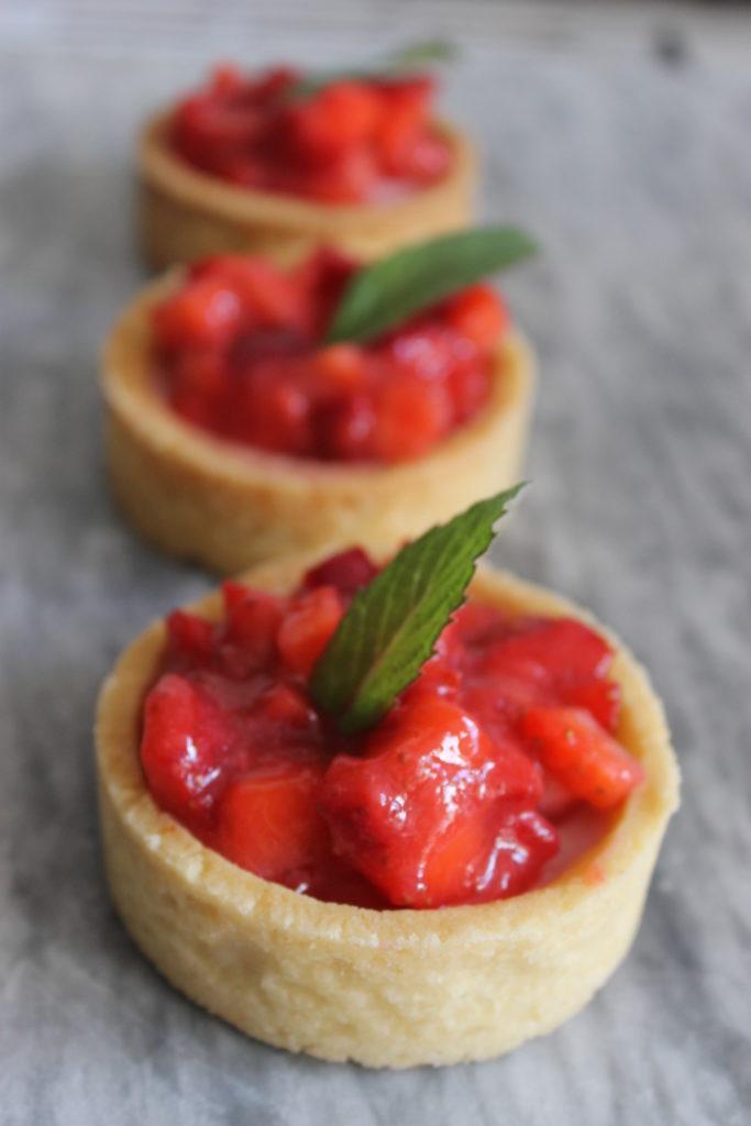 Erdbeer-Panna-Cotta-Tartelette mit Erdbeer-Ragout